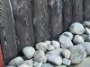 Stenar vid husväggen